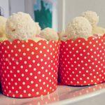 Muffins für Erwachsene mit Schokolade und Süßigkeiten toppen